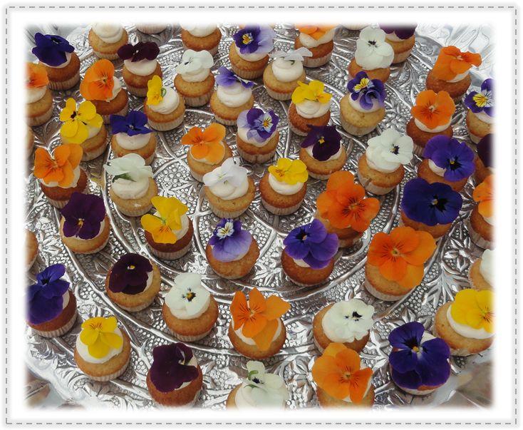 Minicupcakes & eetbare bloemen Mini cupcakes & edible flowers