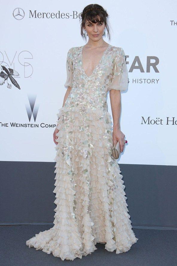 Gala amfAR: Milla Jovovich en un Valentino Couture y Jimmy Choo clutch