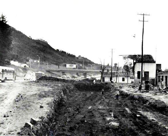 Llegó nuestro #Jueves de memorias! Aunque no sabemos la fecha de cuándo fue tomada esta #foto, sabemos que muestra el límite entre las #localidades de #Chapinero y #Usaquén en #Bogota. Aquí pueden ver el #puente de la #Calle 100 con #Carrera 7, también llamada Transversal Alberto Lleras Camargo. #TBT #Tbtchapinero02 #juevesdememoriaschapinero