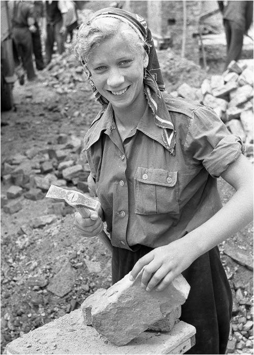 BERLIN 1951, Trümmerfrauen bei der Arbeit in Ost-Berlin