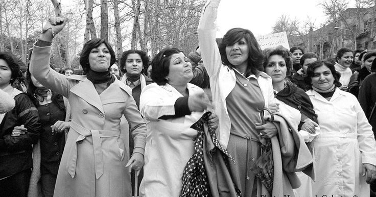 """""""Witness 1979"""", em português """"Testemunha 1979"""", é o título de uma exposição de fotografia, que está patente em Londres, e que fala das mulheres que participaram num protesto, no Irão há 36 anos. Hengameh Golestan captou o momento em que mais de 100 mil mulheres se manifestavam contra a aplicação da lei que as obriga a usar o véu em público: """"Quando estes protestos…"""