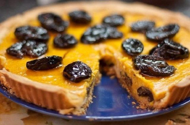 Cake with prunes and chocolate