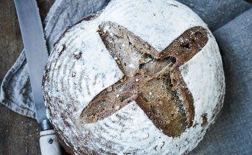 Mørkt og lidt tungt brød bagt med rugmel, valnødder og mørkt øl. Det har en fin smag og er krydret med lakridspulver. Måske ville du ikke have gættet, at der var lakrids i, men det klæ'r brødet rigtig godt. Kan du ikke skaffe lakrids, kan du krydre med 2 tsk. st. fennikelfrø. Smager godt nybagt og ristet