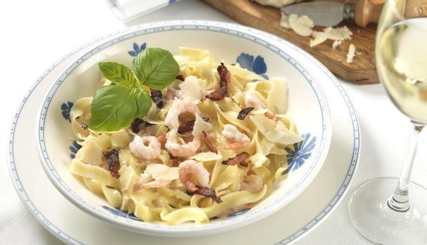 Pasta carbonara er en italiensk klassiker, og med reker får denne oppskriften et friskt innslag. #oppskrift