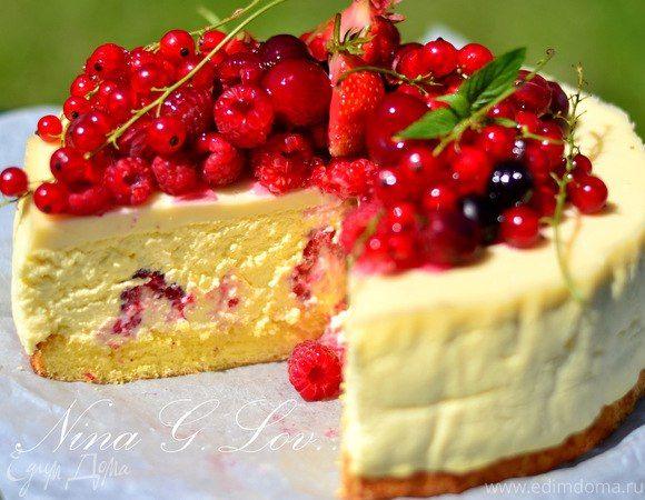 Творожный торт-мусс с ягодами в белом шоколаде Лимонный бисквит, нежный творожный мусс со взбитыми сливками, ванилью и шоколадом, и, конечно, свежие ягоды! #едимдома #рецепт #готовимдома #кулинария #домашняяеда #торт #мусс #ягоды #белыйшоколад #десерт