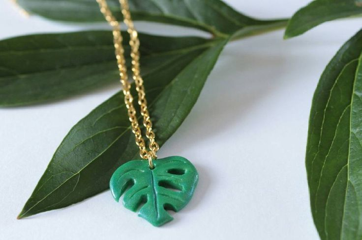 "Gefällt 1,008 Mal, 8 Kommentare - Sarah (@sarahs_kawaii_charms) auf Instagram: ""Monstera leaf necklace!🌿This is my first attempt at making a monstera leaf. I really like how it…"""