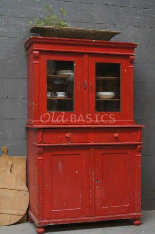 Buffetkast 10003 - Brocante houten buffetkast in een prachtige opvallende rode kleur. Achter de vitrinedeuren twee vaste legplanken, onderin twee lades en een legplank. De kast bestaat uit twee delen. Een echte blikvanger!!