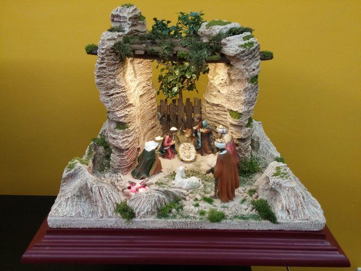 Entre Rocas. Belen con luz y fogata de led. Con figuras de 11 cm. Colección 2016