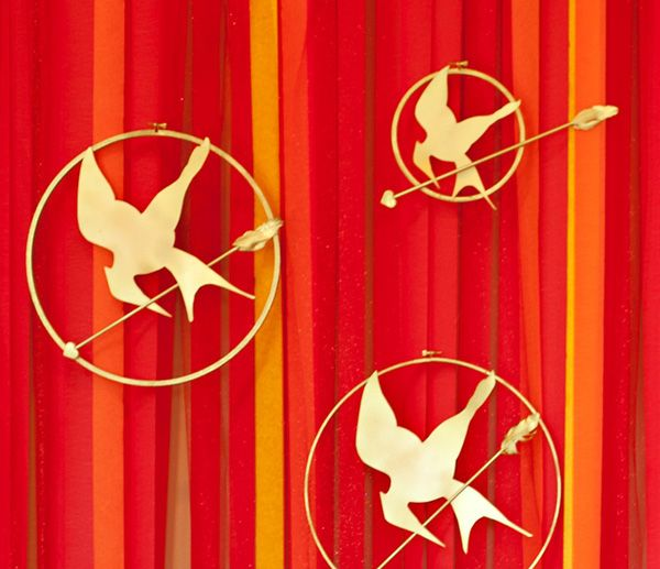 Tutorial: giant Mockingjay pins made from embroidery hoops, dowel, feathers, & free giant Mockingjay silhouette download