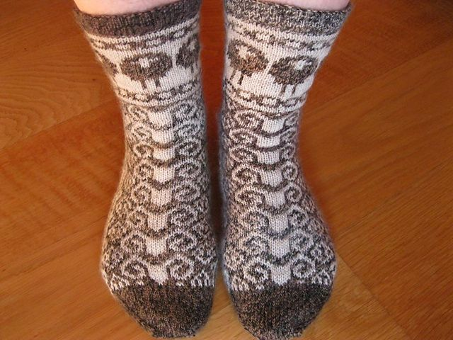 Ravelry: elalex's Baa baa black sheep. LOVE these socks! I wanna knit them right away #fairisle