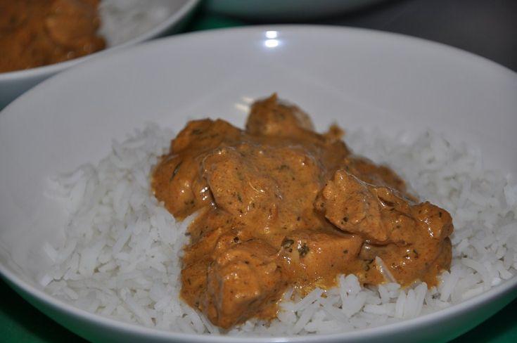 Como ya sabréis de otras recetas mías, me he criado entre comida tailandesa y curry indio, toda una mezcla de especias y sabores que siempre me han hecho sentir el auténtico picor de la comida. El curry original, la comida típica de India, es algo parecido a un estofado de carne, hecho con una mezcla …