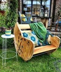 This rocking chair is made of an old wooden cable drums. Deze schommelstoel is gemaakt van een oude houten kabelrol.