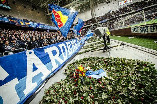 Choreography for supporter Stefan Isaksson who was killed last month - Djurgårdens IF - Halmstad