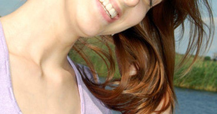 Como impedir que o cabelo tingido desbote com ingredientes naturais. Em uma questão de semanas após tingir o cabelo, você pode perceber que a cor vibrante já começa a sair. Ao invés de pagar alguém para tingir novamente, o que pode ser prejudicial para o seu cabelo e para o seu orçamento, sempre há maneiras de usar ingredientes naturais encontrados em casa ou no supermercado para ressaltar a cor do seu cabelo e ...