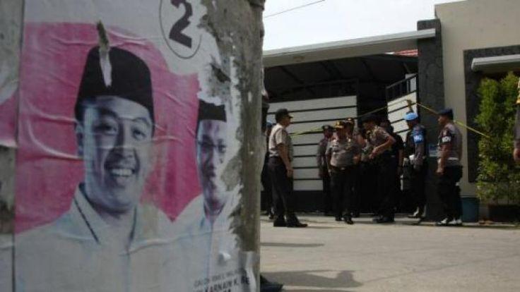"Polisi Lanjutkan Penyelidikan Ledakan di rumah Wali Kota Kendari Hari Ini  KONFRONTASI-Wakil Kepala Laboratorium Forensik (Labfor) Kepolisian Daerah (Polda) Sulawesi Selatan AKBP Kartono mengatakan penyelidikan atau olah tempat kejadian perkara (TKP) insiden ledakan di kediaman Wali Kota Kendari Sulawesi Tenggara Asrun akan dilanjutkan hari ini (Jumat 10/2).  ""Sekarang sudah malam jadi oleh TKP kita lanjutkan besok pagi saja ya sementara hasil olah TKP hari ini belum ada"" kata Kartono usai…"
