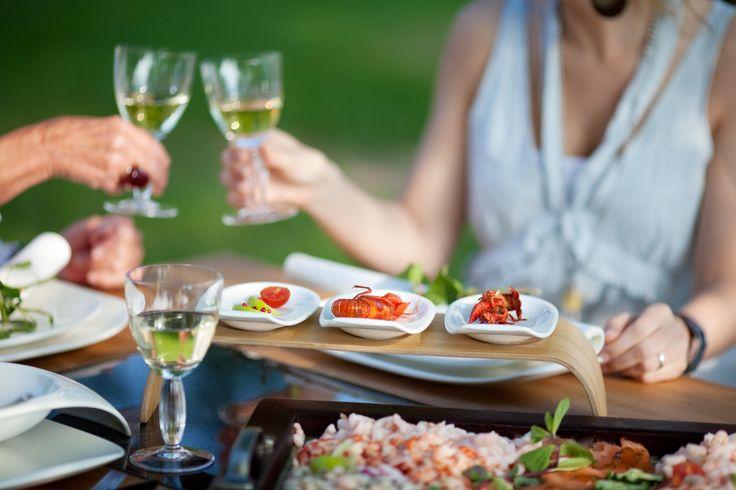 Kevät on juhlan aikaa ja monilla meistä riittää kiirettä juhlien järjestämisessä. Olemme helpottaneet asiakkaidemme kiireistä arkea, joten miksi ei myös silloin, kun on aihetta juhlaan!  Nyt voit helposti tilata kaikki juhlaan tarvittavat tarjottavat suoraan kotiovellesi.