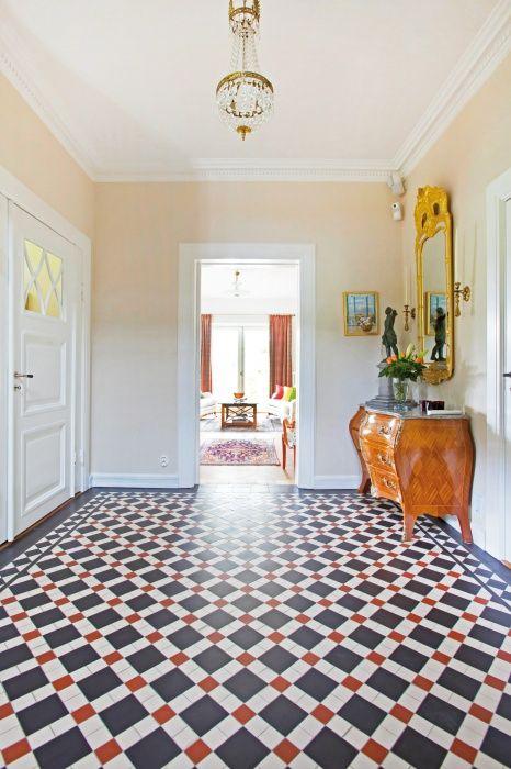 Golvet i hallen är ett engelskt klinkergolv i traditionell 20-tals stil.
