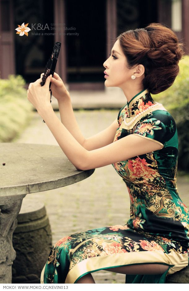 How beautiful,  I absolutely love the Chinese style dresses.  Beautiful