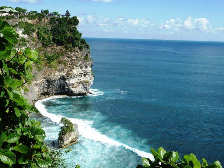 8- Les adeptes de surf se rendent sur la plage d'Ulu Watu en Indonésie. Les falaises sont vertigineuses et les vagues peuvent atteindre plusieurs mètres de haut.