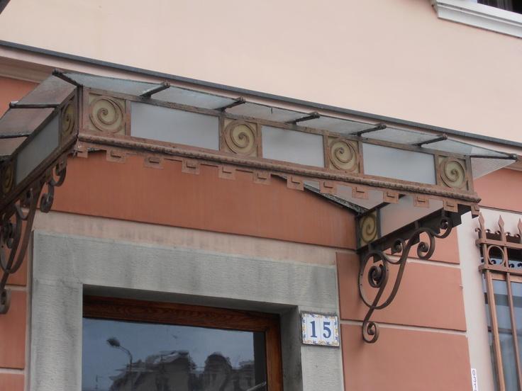 alcune vetrate sono ancora originali...altre sono state aggiunte o recuperate per valorizzare porte e finistre