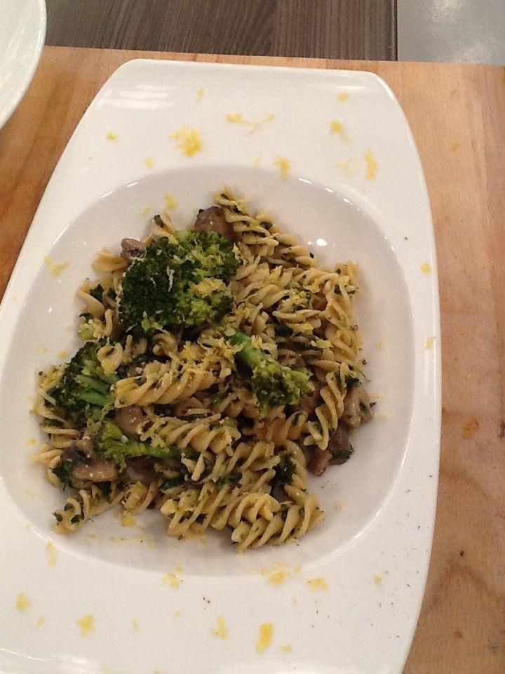 Whole wheat fusilli with mushrooms broccoli and a twist of lemon  http://www.instyle.gr/recipe/fusilli-olikis-alesis-manitaria-ke-brokolo/