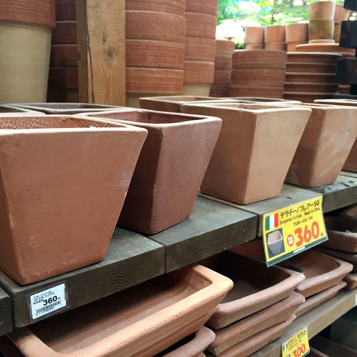 「ペイントスタンプ」はテラコッタ鉢にスタンプしてもおしゃれ♪ 今回はこちらの小さめテラコッタスクエア鉢を選びます。