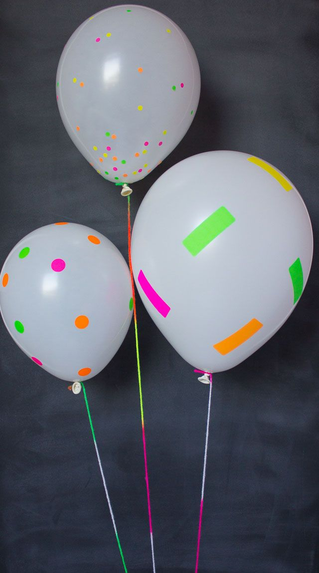 Tutorial para decorar globos utilizando cinta de colores neón. #DecoracionGlobos