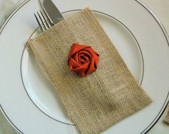 Artículos similares a Mantel individual de arpillera, bolsillo plata boda rústica decoraciones para la mesa,-SET de 10 en Etsy