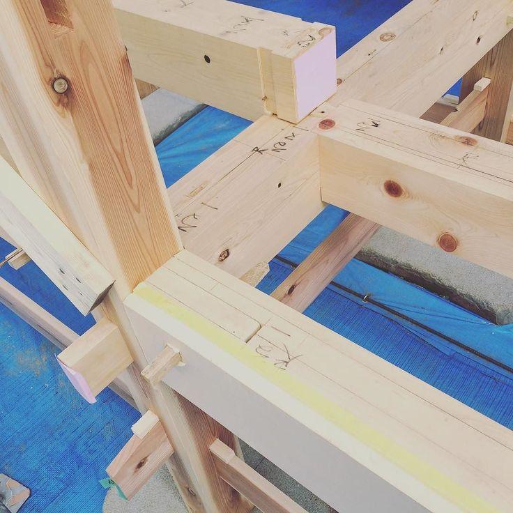 構造が集結した部分 あれがああなってこれがこう来てこっちはこれでパズルのようで頭がこんがらがっちゃいます 刻みの作業もきっと大変だったでしょう きめ細やかな職人技が光ります #大工 #職人 #職人技 #木造建築 #石場建て #新築 #伝統構法 #木造 #木の家 #免震構造 #構造見学会 #工務店 #woodwork #woodworking de sunnyday3day