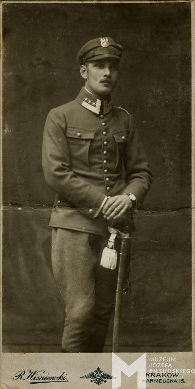 Gustaw Zaleski w mundurze legionowym, z szablą wzoru austriackiego, temblakiem z polskim orłem, 1916-1917
