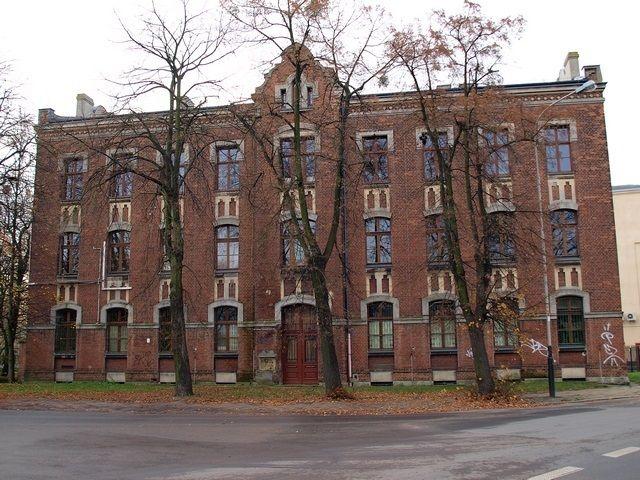 Poland, Lodz, Tylnia 1, Budynek z III zespołu fabrycznego Karola Scheiblera. Dawna szkoła Aleksego Zimowskiego
