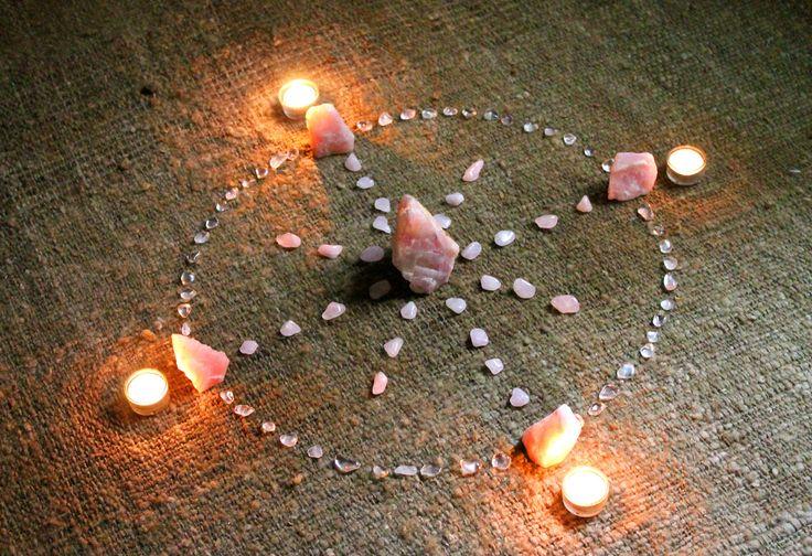 Circulo de sanación con cuarzo rosa y pequeños rolados de cuarzo cristal