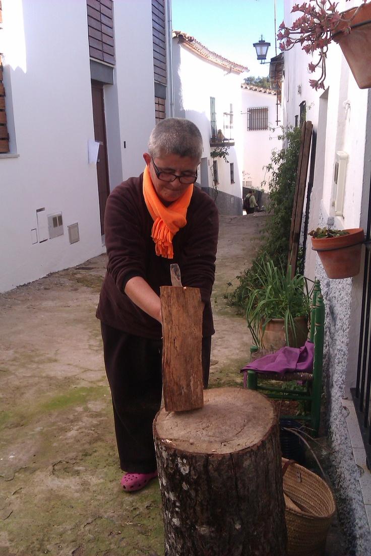 Cortando leña en Valdelarco