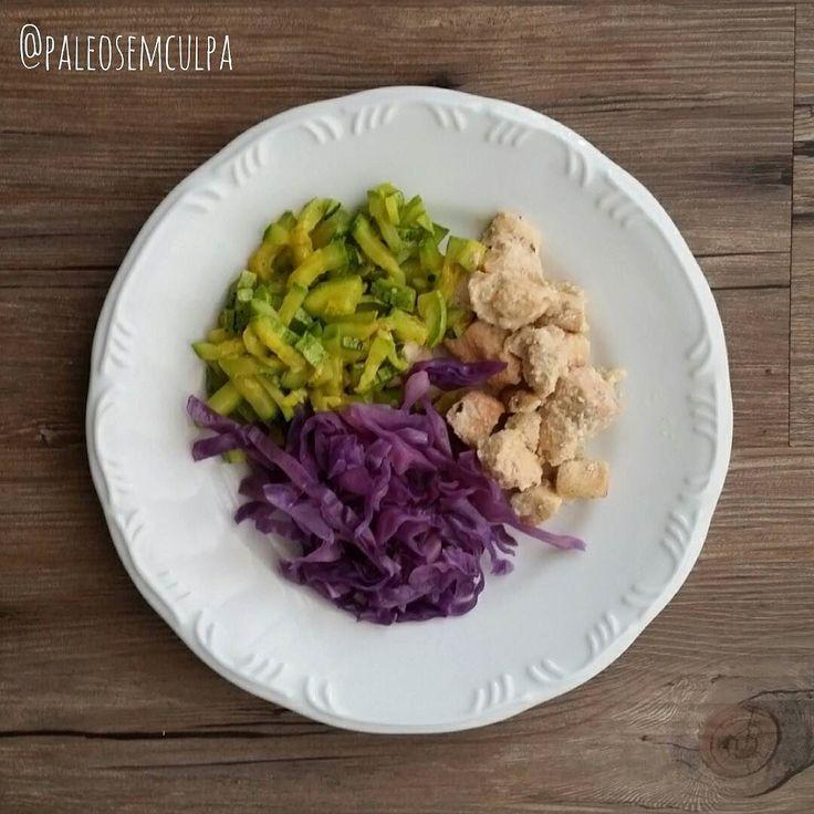 Depois de alguns dias me alimentando basicamente de pão de queijo e panetone ... Estou aqui de volta para o detox. Almoço de hoje: abobrinha com curry e alecrim repolho roxo cozido e peito de frango. Tem dúvidas sobre a paleo? LINK NA BIO! #dieta #dietas #dietasempre #dietasemsofrer #dietapaleolitica #dietapaleo #paleo #paleofood #paleobrasil #paleolitica #paleolife #paleolifestyle #paleodiet #mydiet #eatclean #primal #primalfood #realfood #bixoeplanta #bichoeplanta #eatreal #fit…