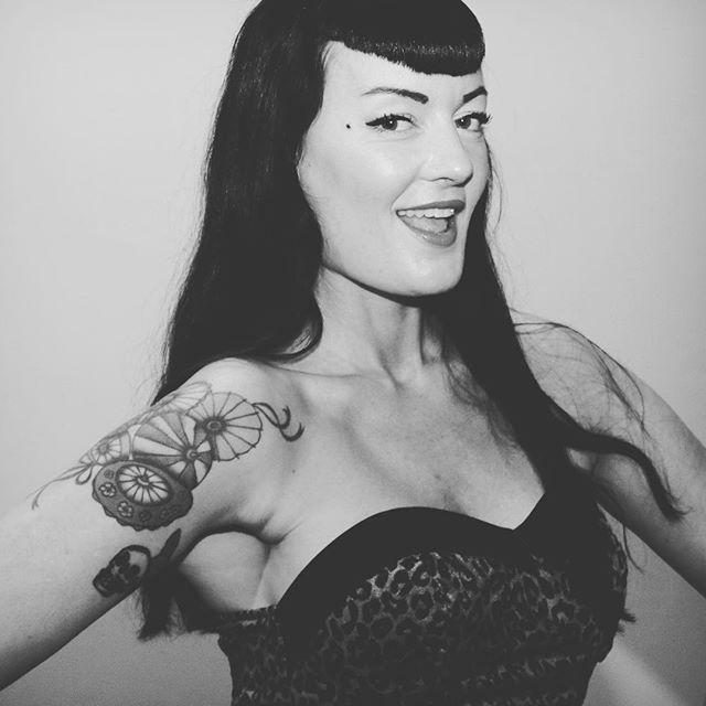#anna13bomba #bettiebangs #bettiepage #bettiepageinspired #bettiepagebangs #pinupgirl #pinup #brusselstattooconvention2016 #tattooed #tattoo #japaneseumbrella #skull #oldschool #black #blackandwhite #leopard #leopardprint #vintage #vintagelifestyle #vintagemakeup #vintagehair #smile #rocknroll #rockabilly #burlesqueperformer #burlesque