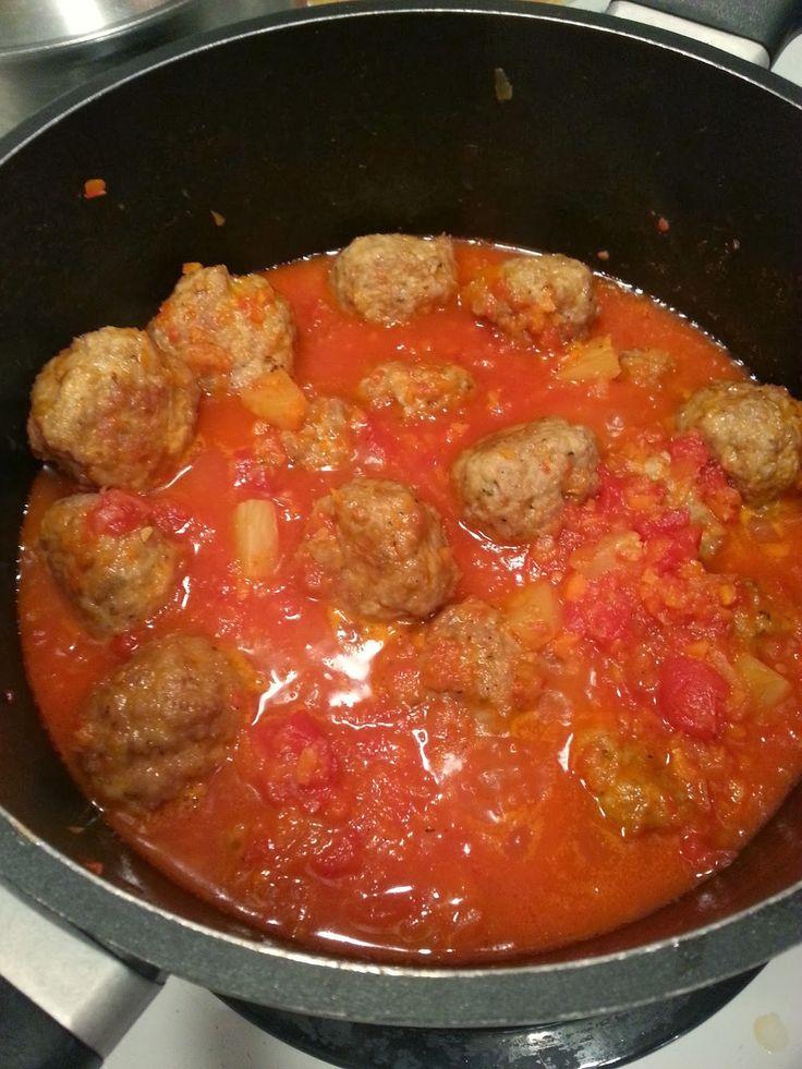 Juste délicieux!! une sauce tomates avec des ananas et du sirop d'érable mmm.... BOULETTES DE POULET SAUCE AIGRE DOUCE -1 lb de poule...