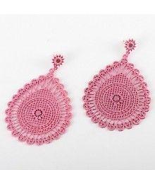 Boheemse look roze hangend oorbellen met bloemen design en vlinder slotje.