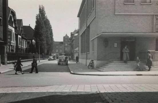 """Het oude postkantoor links, de """"boerderij"""" rechts en zicht richting Saroleastraat"""