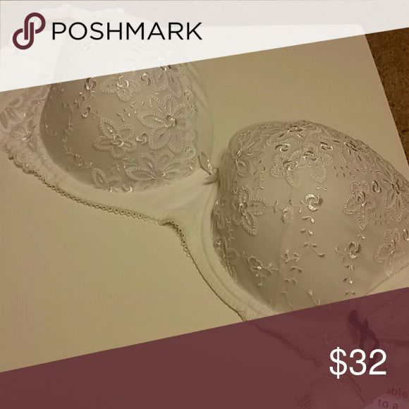 Lepel Elizabeth plunge 32g Brand new with tags Gorgeous white plunge bra with lace flower details on the cups. Bra is soft and comfortable and gives am extra pop lepel Intimates & Sleepwear Bras