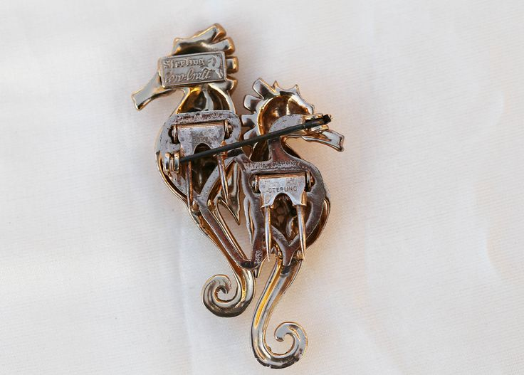 This is the backside of the Coro-Craft Seahorse Duette. You can see how beautiful this Duette piece of jewellery was made!