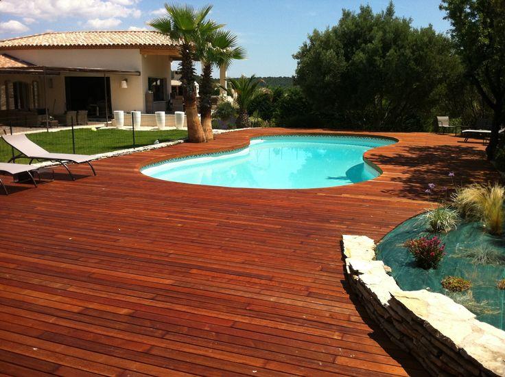 Aménagement dune terrasse de piscine haricot en bois exotique Ipé