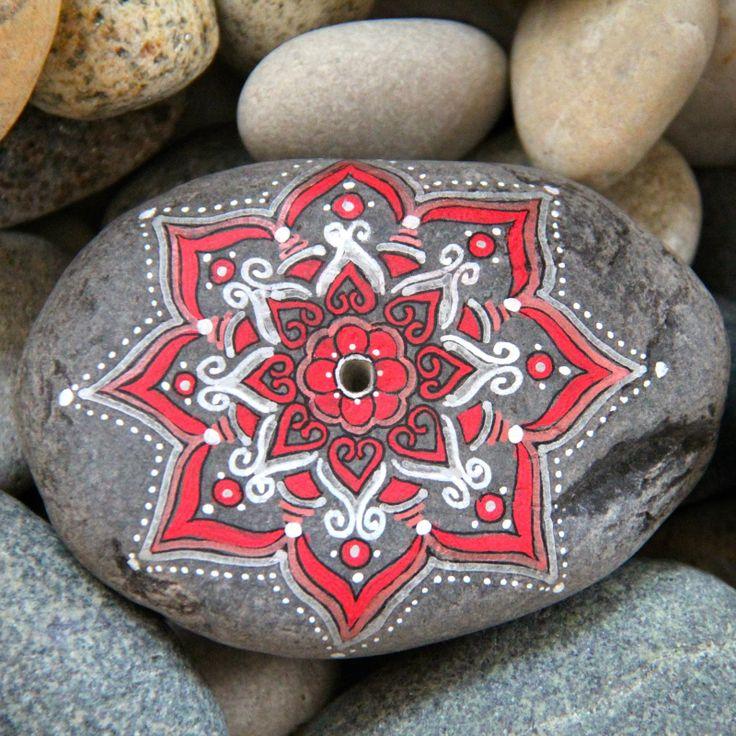 www.nuevepinceladas.blogspot.com y www.aventuradelalma.com Mandalas en piedras portainciensos.