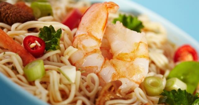 Gewokte noedels met kip, scampi en shiitakes in kokos-citroensausje - Recept | VTM Koken