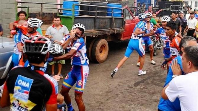 #cycling #fight #costarica A video posted by Ciclismo Ignorante (@ciclismoignorante) on Dec 18, 2016 at 5:49am PST