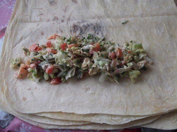 Шаурма по домашнему  Ингредиенты:  600 г — куриного филе 200 г — сметаны не жирной 2 ст.л. — майонеза 2 упаковки тонкого армянского лаваша 2 ст.л. — приправы для курицы 2 шт. — свежего огурца 2 шт. — помидора 1/2 средней головки салата «Айсберг» 1/2 кочана пекинской капусты 1 шт. стебля сельдерея 4 шт. — редиса 1 шт. — красного сладкого перца болгарского зелёный лук, петрушка, укроп, чеснок, соль.