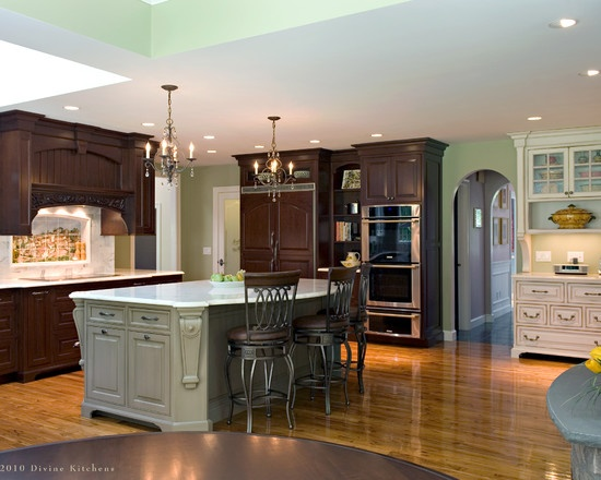 Traditional Kitchen Kitchen With Wood Grain Cabinets And