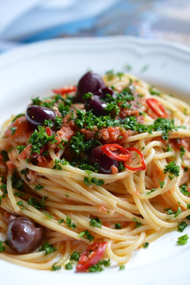 Po těstovinách alla carbonara mám omáčku puttanesca původem z jižní Itálie plnou rybích chutí a šťavnatého rajčatového suga ráda asi nejvíce.