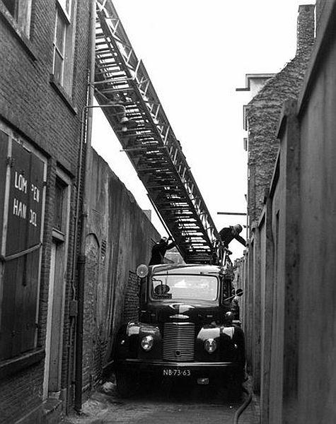 Binnenstad 1957 | Brand in de Strosteeg. 'Tis effe behelpe voor de brandweer'.....: Fire Engines