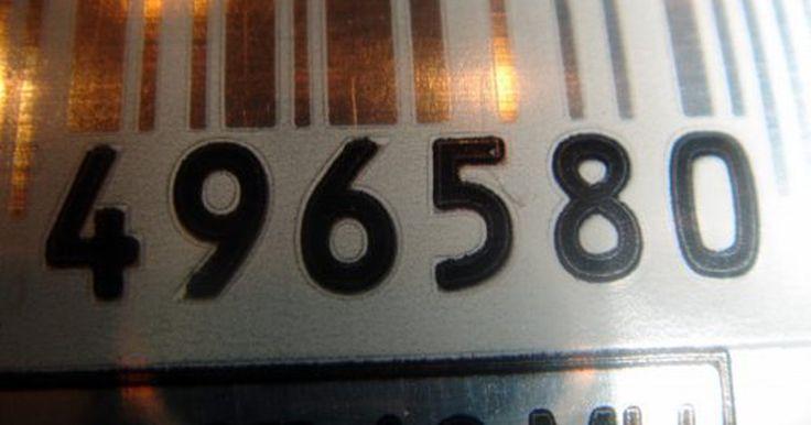 """Cómo identificar el código de barras UPC. Los Códigos Universales de Productos (UPC, siglas en inglés) forman una serie única de números usados para identificar productos. Se muestran como """"simbología en código de barras"""" legibles por las máquinas. Los consumidores los utilizan para cosas como pruebas de compra al presentar un reembolso por correo y para revisar los precios exactos de ..."""
