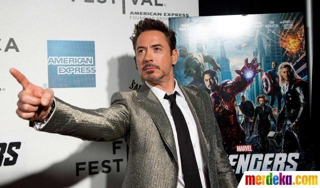 """Aktor Robert Downey Jr. berpose saat di pemutaran film """"The Avengers"""". Di filmnya ia berperan sebagai tokoh pahlawan Iron Man."""
